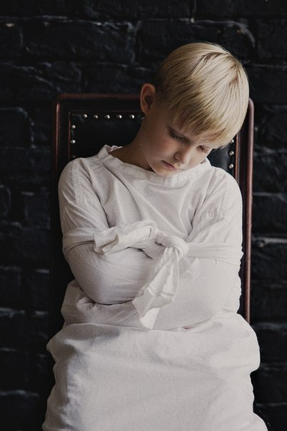 мальчик в смирительной рубашке