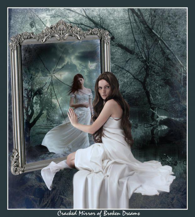 У разбитого зеркала девушка